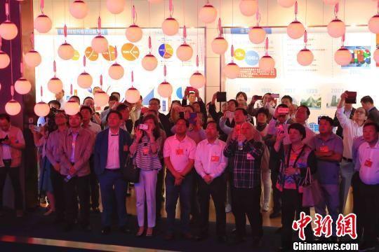 上海参访团在上海浦东新区城市运行综合管理中心。 殷立勤 摄