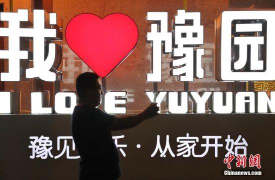 上海素有不夜城的美誉。日前,上海市商务委等9部门联合出台指导意见,要推动上海晚7点到次日6点夜间经济的繁荣发展。作为上海传统文化集聚区的豫园,为了吸引游客前来体验夜生活,豫园市集将美食售卖、非遗技艺、文创品牌串联其中,让市民和游客除了看花灯夜市,漫步小桥流水外,还能感受到新颖的文化休闲体验。张亨伟 摄
