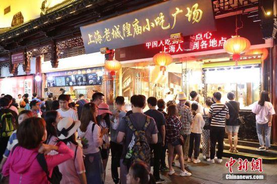 豫园夜市特色美食吸引食客大排长龙。张亨伟 摄