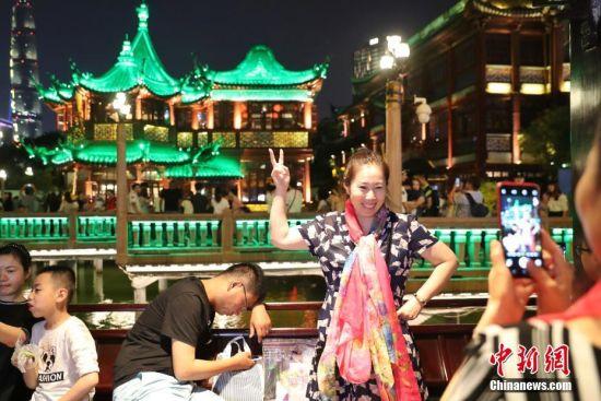 """九曲桥、绿波廊是豫园最受游客欢迎""""打卡""""地标。张亨伟 摄"""