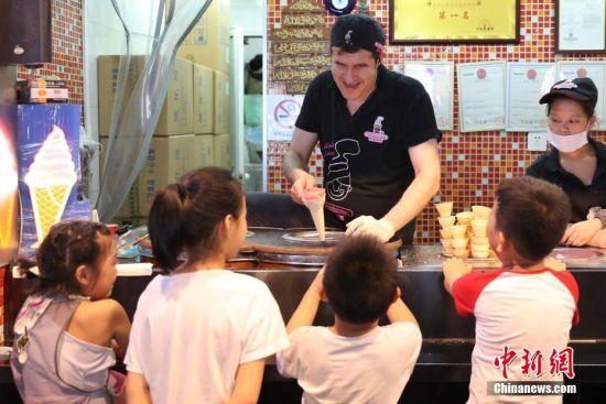 """来自土耳其的冰激凌小哥在豫园""""花式""""售卖。张亨伟 摄"""