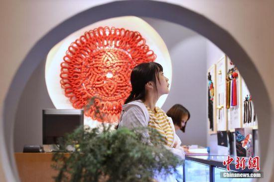 """升级后的上海豫园令游客感受别样的""""夜""""生活。张亨伟 摄"""
