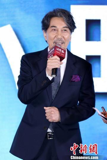 """日本著名演员役所广司在《冰峰暴》一片中饰演有""""喜马拉雅之鬼""""称号的救援队""""翼小队""""队长。 张佳玮 摄"""