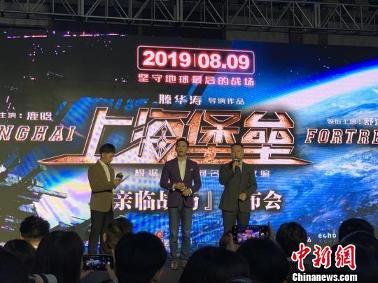 导演滕华涛(图右一)表示:我们这代电影人有责任走出自己的舒适圈,朝着更工业化的方向去发展。 徐银 摄