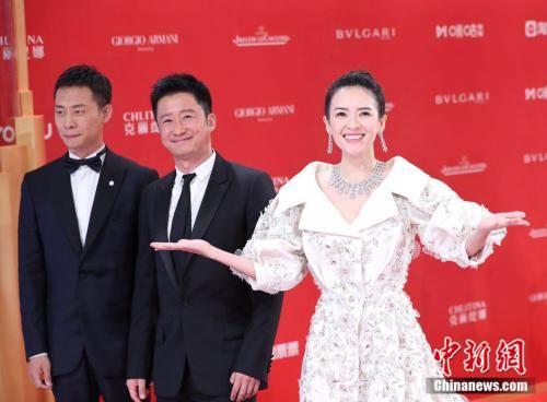"""6月15日晚,第22届上海国际电影节拉开帷幕,""""亚洲第一红毯""""星光熠熠,迎来了吴京、章子怡等中外明星。 张亨伟 摄"""