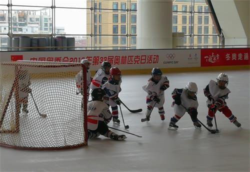 孩子们进行冰上运动点燃奥运梦想