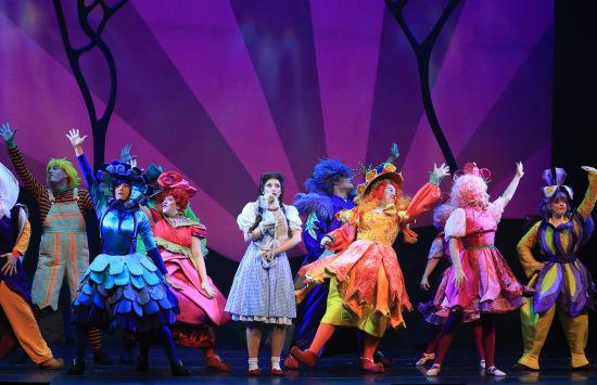 英文原版音乐剧《绿野仙踪》剧照。