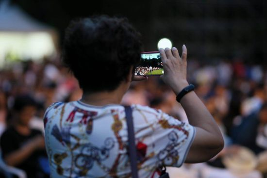 市民情不自禁地用相机录下当晚的音乐记忆