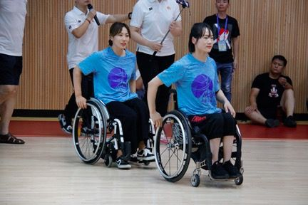 中国女子轮椅篮球队队员陈雪静(左)和代佳梦(右)