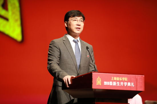 廖昌永站在全新启幕的上音歌剧院舞台上,为2019级800余名上音新生作开学演讲。 /上海音乐学院 供图