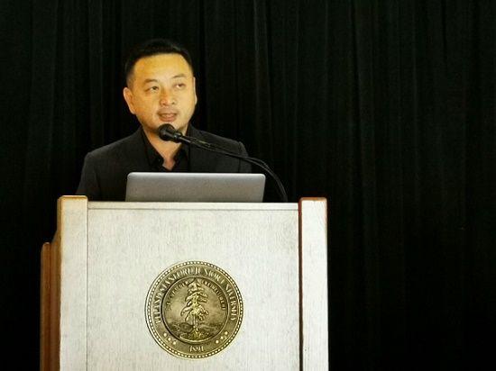 """图:梁建章在""""2019年斯坦福中国经济论坛""""演讲。"""