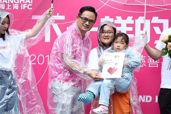 图2:作为赛事专项基金的受助病童之一,萱萱和她的家人感谢爱心捐助,向赛事主办方献上感谢卡,感谢给她的人生送来阳光。
