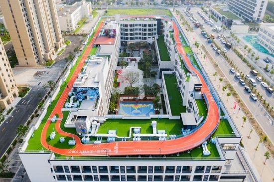 图:航拍龙湖冠寓上海顾村公园店的凌空跑道。