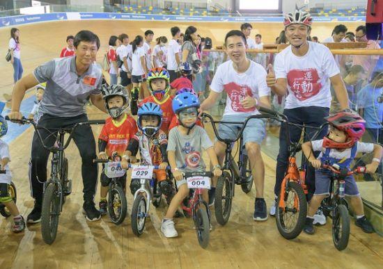 图:香港特区政府民政事务局体育专员杨德强、新鸿基地产执行董事郭基辉及黄金宝带领100位小朋友以平衡车绕圈一周。