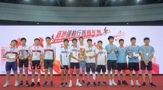 图:新鸿基地产执董郭基辉颁奖予一众年青车手。