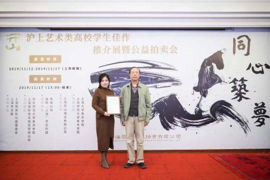 田仕明将军(右)为获得最佳人气奖的学生代表颁奖