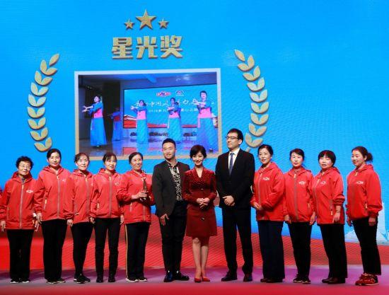 王广成先生、赵雅芝女士、曹博睿先生为获奖舞队颁发星光奖