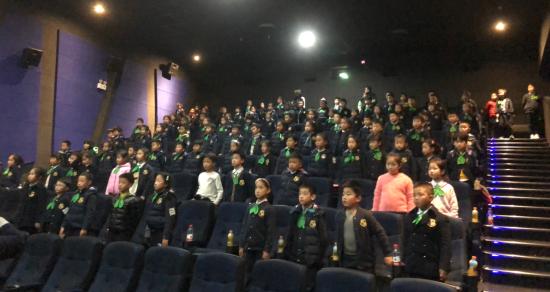 孩子们集体观看《为国而歌》