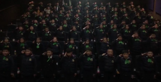 孩子们集体敬礼高唱国歌