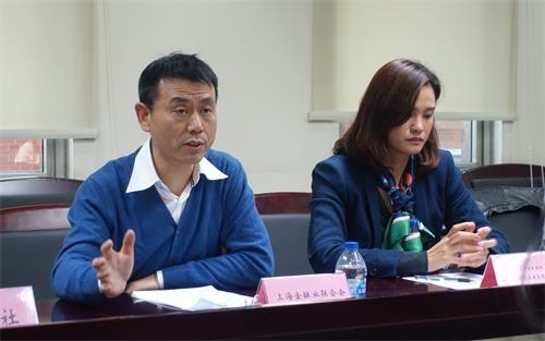 (上海金融业联合会秘书处负责人屠友富(左)介绍金洽会情况)
