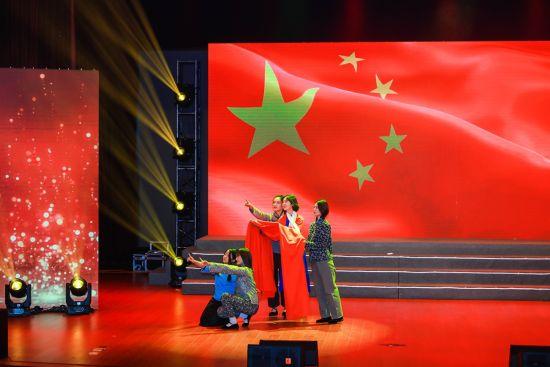 上海大学师生表演《绣红旗》