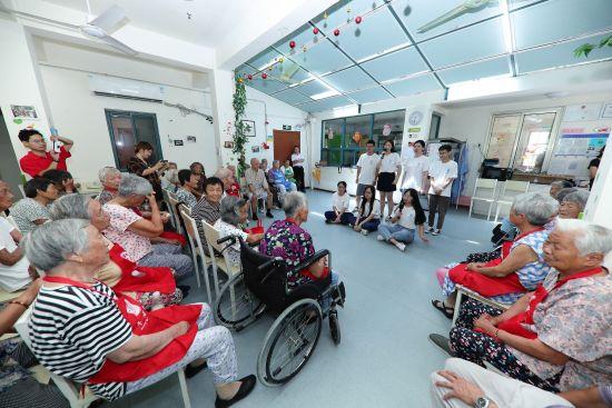 """图:在上海松江""""幸福老人村""""为老人庆生演出。"""