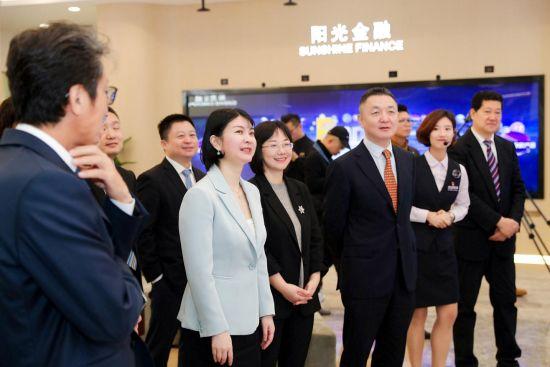 图:嘉宾一同参观上海光大超市展示厅。