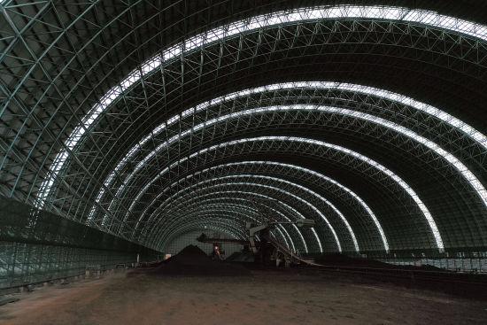 图:宝钢三期矿石料场封闭工程项目内景。