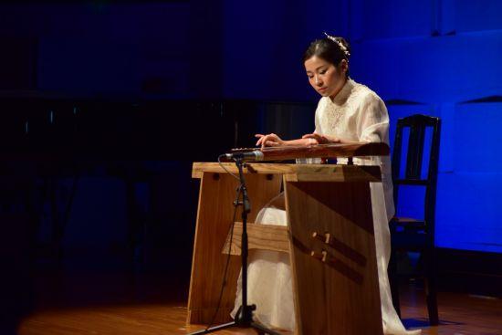 中国青年古琴演奏家徐碧弹奏古曲。