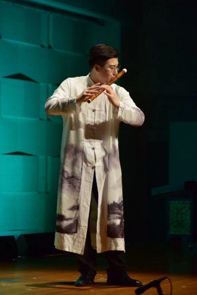 中国青年箫笛演奏家魏思骏吹奏古今名曲。