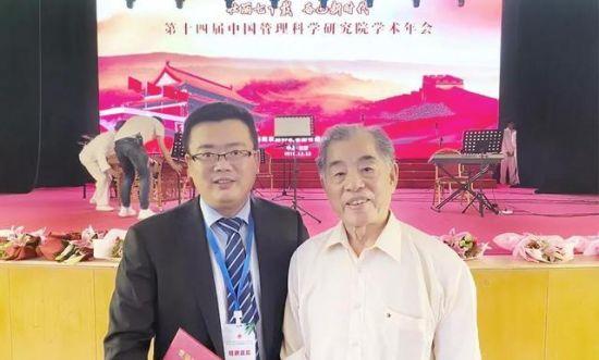 图:中国管理科学研究院常务副院长卢继传教授(右)与朱敏在开幕式现场合影。