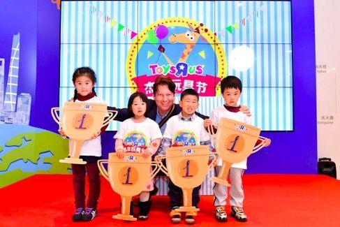 杰菲玩具节正式启动,玩具反斗城中国董事总经理诸葛民先生与小朋友亲密合影