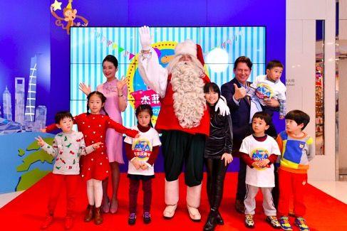 圣诞老人从芬兰罗瓦涅米远道而来,为小朋友们送上真挚的圣诞祝福
