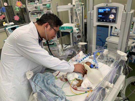 新华医院小儿心脏中心、儿心血管科主任陈笋在重症监护室查房中。