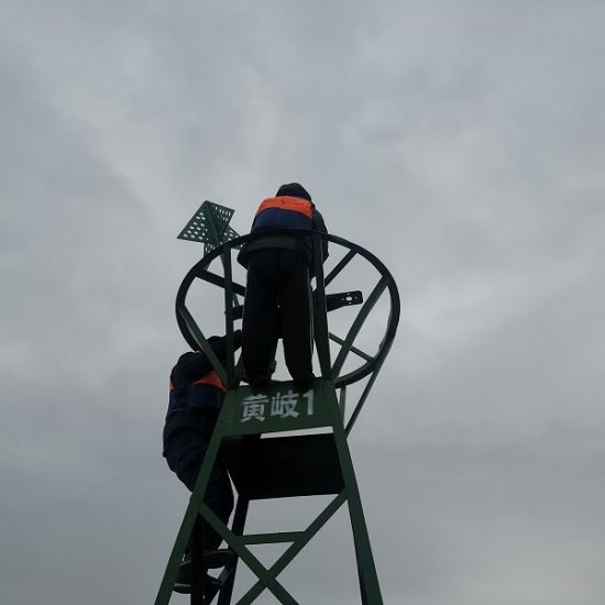 图:配航标工更换灯器作业。