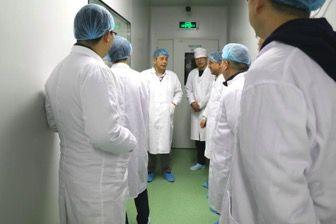 唐健雄教授等与会嘉宾参观松力生物生产车间