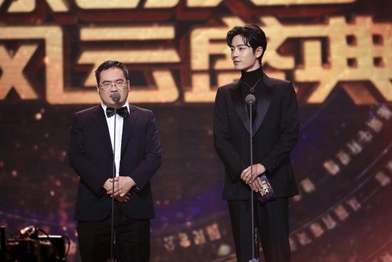 阅文集团联席CEO吴文辉与演员肖战共同揭晓男生频道、女生频道TOP10作品。 /官方供图