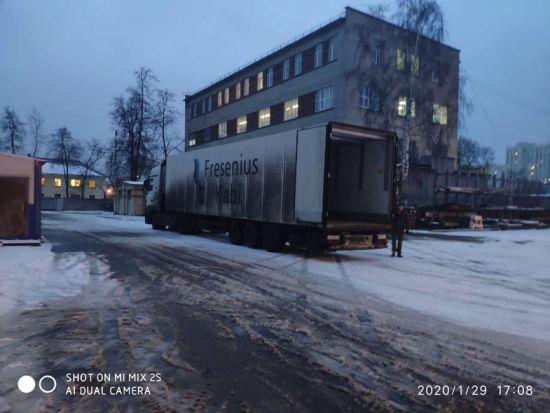 图:PAL员工准备搬运存放在医院库房的物资。