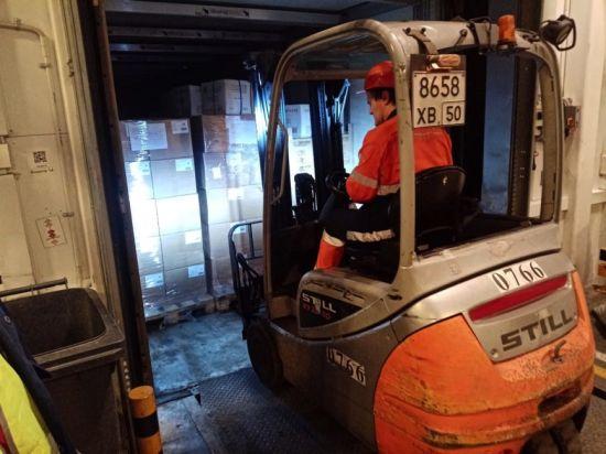 图:PAL员工在搬运已装箱的医疗物资。