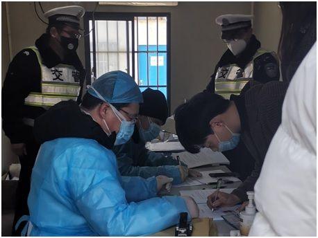 志愿者在诊察室登记返沪人员信息