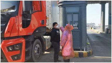 志愿者郭明亮(医务科) 在高速道口,为过往人员测量体温。