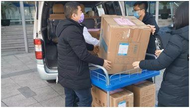 工作人员把援助物资交付区疾控中心