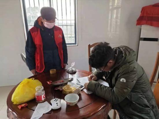 党员志愿者在居民家中发放告知书