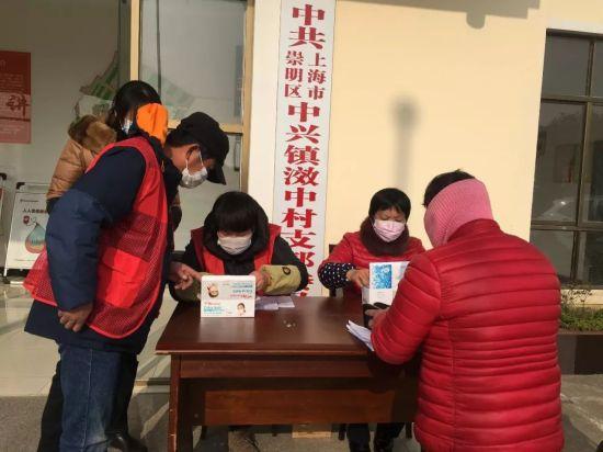 党员志愿者为居民登记预约口罩
