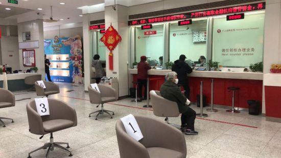 图:招商银行上海四平支行大厅等待区。