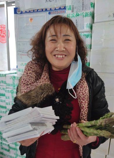 图:得到全国吃货的帮助后,青岛笋农喜笑颜开。