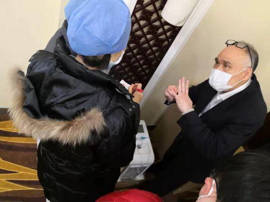 上海��美氢分子医疗总裁林信涌带队参加捐赠仪式并向医护人员讲解氢氧气雾化机使用。