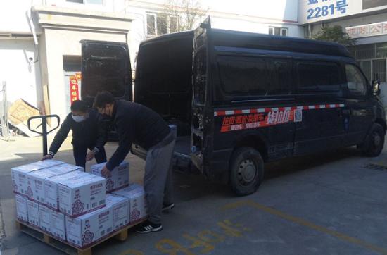 图:杨师傅和他的同伴正在搬运抗疫物资。