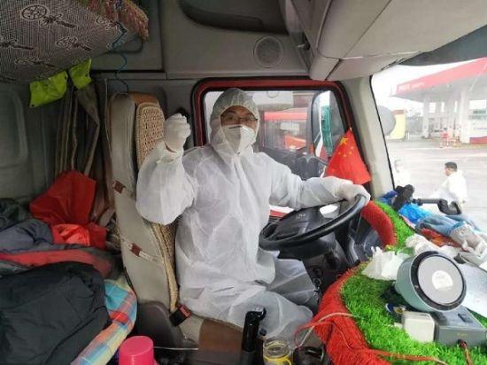 """图:一身""""戎装""""的卡车司机奋战在抗疫路上。"""