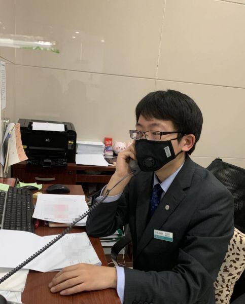 图:农行上海徐汇枫林支行工作人员指导客户通过电脑登录农行企业网银办理转账。